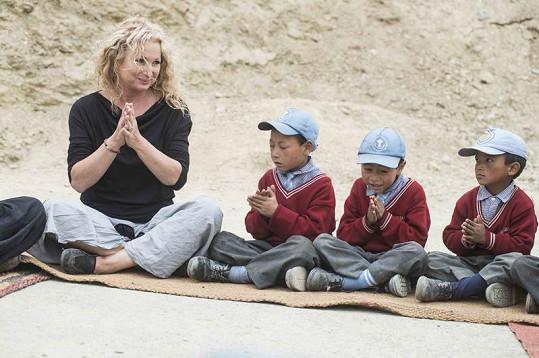 Světlana tráví v Himalájích nejvíce času s tamními dětmi.