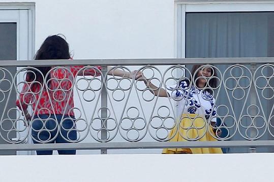 Taneček na balkóně hotelového pokoje si Kourtney vyzkoušela se sestrou Khloé.