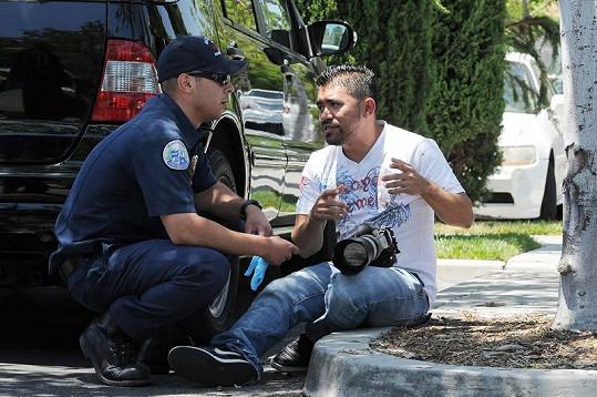 Vyděšený novinář zavolal policii.