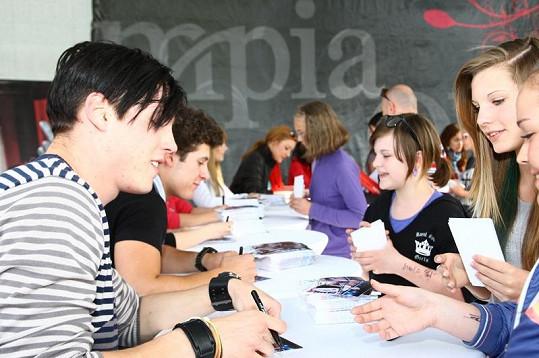 Mrózek se podepisuje fanynkám na autogramiádě v Brně.