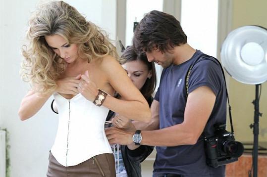 Fotograf Daniel Zahrádka a vizážistka Lucie Janků pomáhají Zuzaně Rosákové do korzetu.