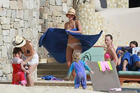 Jessica Alba v Mexiku s manželem a dcerami.