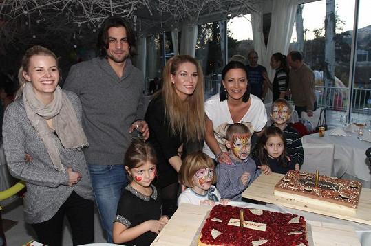 Kristian s maminkou a dalšími oslavenci s rodiči. Táta se nefotil.