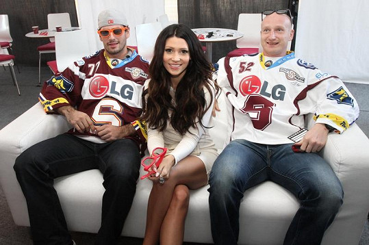 Tereza si zahrála počítačové hry se sparťanskými hokejovými obránci.