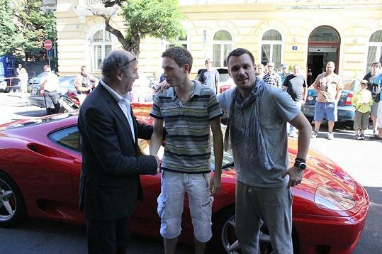 Leoš Mareš s Michelem Fleischmannem předali Ondřeji Pacholíkovi vůz.