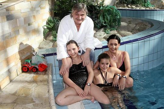 Pavel Soukup s manželkou Isabelkou a dvěma dcerami.