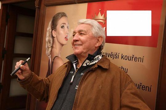 Krampol před fotkou patronky zdravého kouření Dominiky Mesarošové.