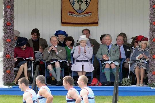 Philip s královnou Alžbětou II., princem Charlesem a Camillou na Highland Games ve Skotsku.