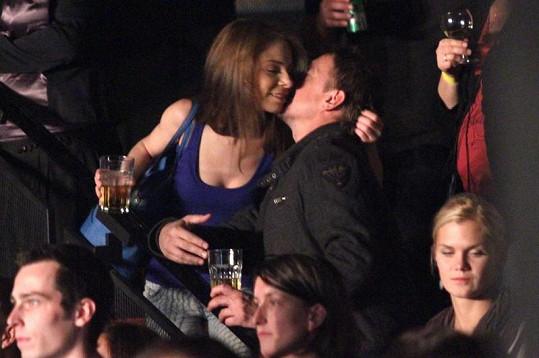 Pořádně vášnivý polibek nového páru.