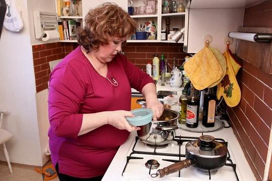 Naďa Konvalinková u vaření.