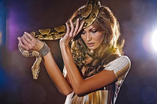 Modelka se plazů nebojí.