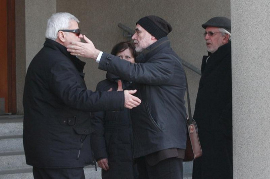 Petr Štěpánek se vítá s režisérem Brabcem, vpravo před novináři skrývající se Hanzlík.
