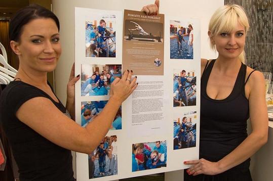 Bára Nesvadbová a Gábina Partyšová seznamují novináře s charitativním projektem, který má pomoci nemocnému Davídkovi.
