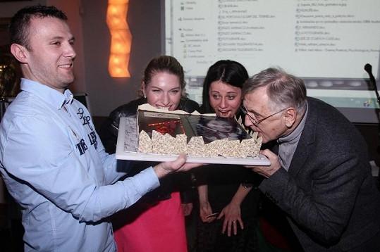 Menzelovi a Dagmar Zázvůrková už se nemohli dočkat, až ochutnají čokoládový dort.
