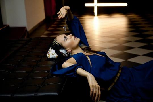 Lucie Vondráčková si velmi oblíbila tyto modré šaty.