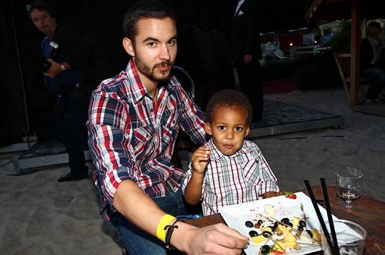 Sebastian se svým novým tatínkem Vojtou.