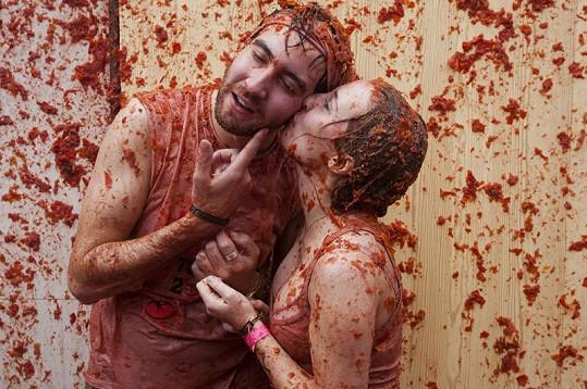 Láska kvete i během rajčatového masakru.