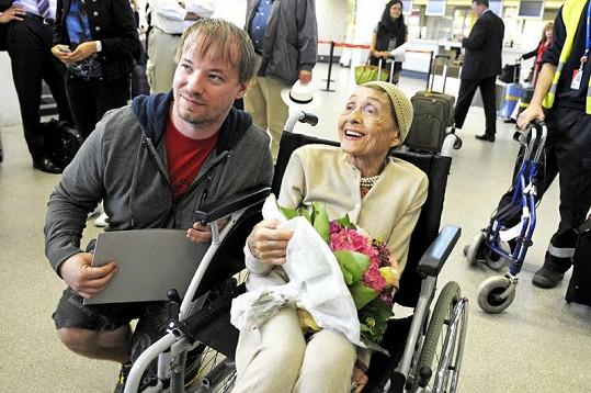 Usměvavá dáma se na letišti fotila s fanoušky.
