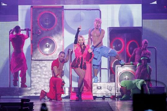 Brit předvádí svou show se sexy tanečníky.