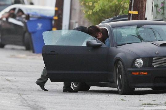 Vášnivá líbačka Seana Penna s jeho novým objevem.