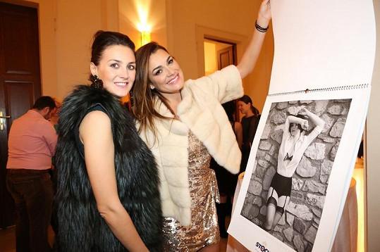 Alena a její kamarádka Pavla si se zájmem prohlédly kalendář.