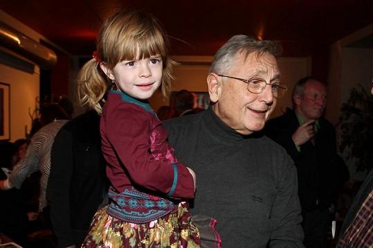 Jiří Menzel s Aničkou, kterou bere jako vlastní dceru.