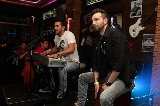 Marek Ztracený vystupoval s bubeníkem kapely Embassy Lukášem Boho.