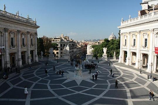 Piazza del Campidoglio. I tuto architekturu božského Michelangela Zlata s Petrem obdivovali.