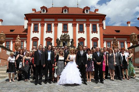 Nevěsta s ženichem a svatebčané před Trojským zámečkem.