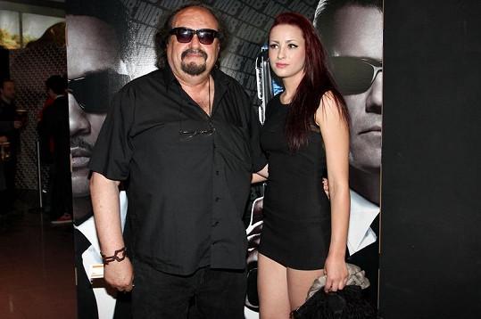 Petr Novotný s dcerou Soňou, která zvolila opravdu kratinké šatičky.