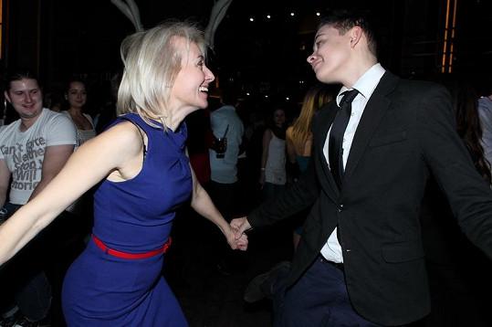 Veronika se synem Vincentem na tanečním parketu.
