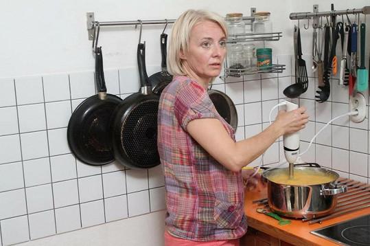 Veronika Žilková úřaduje u plotny.