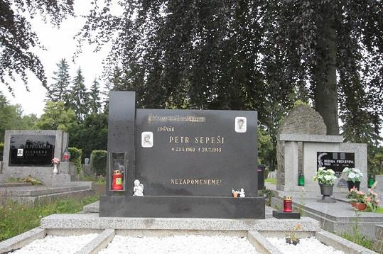 Hrob Petra Sepešiho je dodnes častým poutním místem jeho fanoušků.