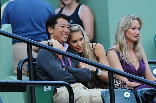 Anna Kurnikovová s neznámým mužem na tenisovém zápase v Miami.