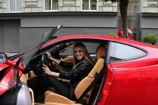 Gabriela Gunčíková si vyzkoušela, jaké je to sedět za volantem Ferrari.