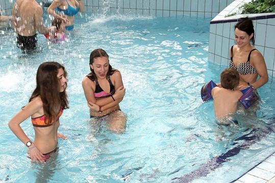 Vendulka Křížová předvedla v bazénu krásnou postavu.
