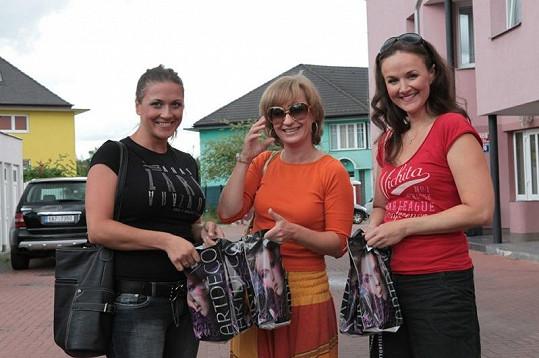 Při odchodu si Sandra vzala sluneční brýle. Vlaďka Pirichová a Linda Finková vystavily své krásné nalíčení.
