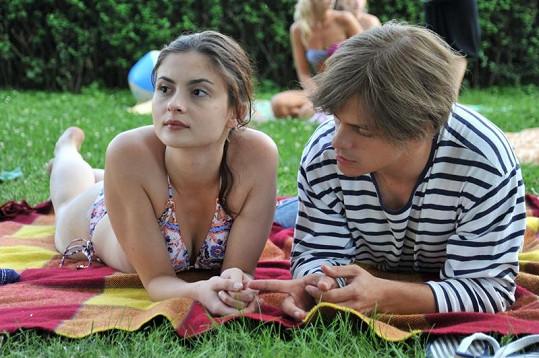 Eva Josefíková coby Eliška a Jirka Mádl jako Petr Kovář ve filmu Probudím se včera.