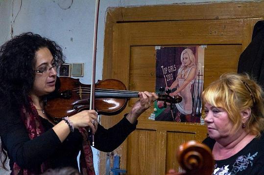 Věra Špinarová na zkoušce své kapely.
