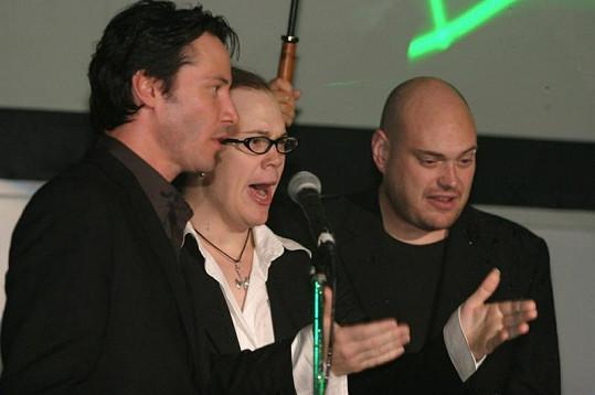 Andy Wachowski, Keanu Reeves a Lana Wachowski (uprostřed) ještě jako Larry.