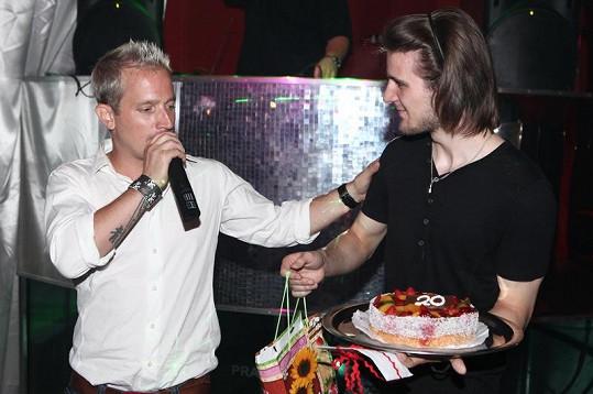 Martin Kocián předal Petru Ševčíkovi narozeninový dort.