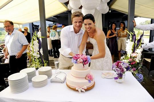 Manželé Hufovi krájí dort