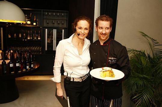 Netradiční kuchařskou show prezentoval šéfkuchař Petr Martínek, který připravil ve spolupráci s Markétou Hrubešovou grilovaného candáta a domácí sulc.