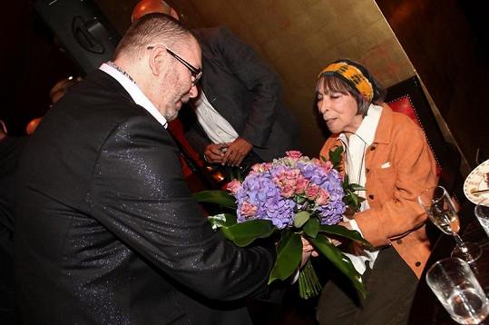 Richard Müller věnoval paní Haně nádhernou kytici.