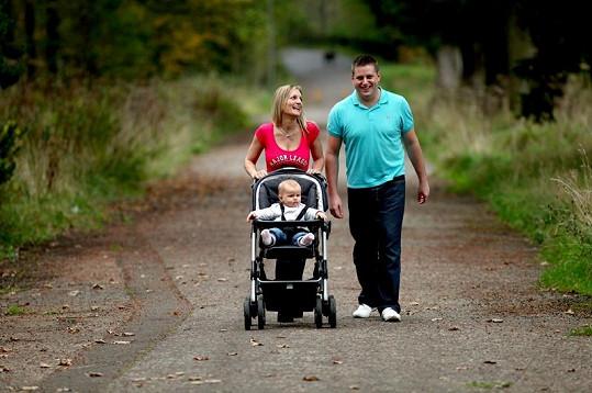 Šťastní rodiče na procházce s dcerkou Jessicou.