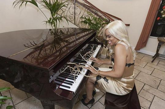 Atraktivní zpěvačka dokáže i se svými nehty hrát na klavír.