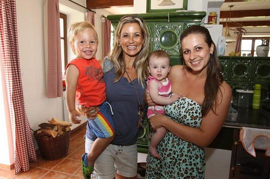Monika Marešová se svou sestrou Lucií a dětmi Matýskem a Bellou.