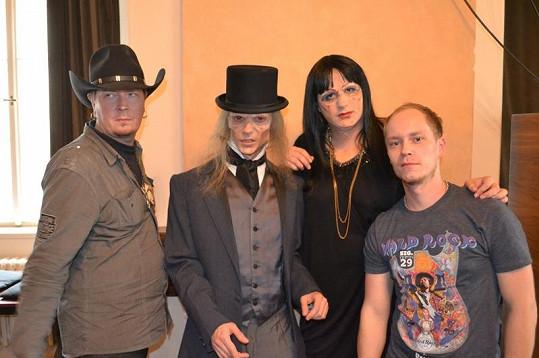 Vlad Taupesh (vlevo) a Naděžda Krupská s kamarády.