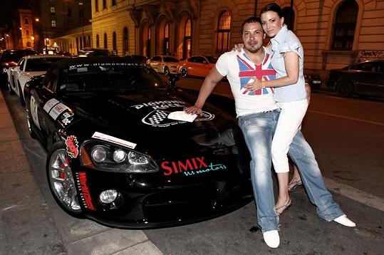 Gábina Partyšová si nápadně rozumí s Milanem Markovičem, ředitelem nejznámějšího závodu silných vozů u nás.