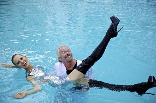 Karolína Kurková skončila ve vodě.
